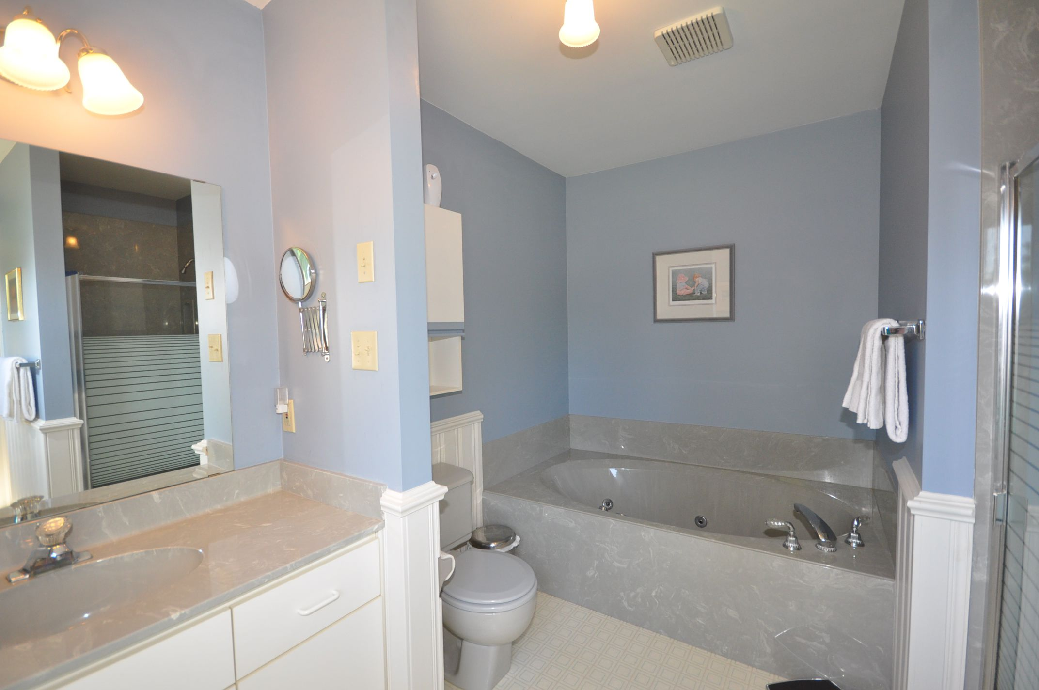 Relax in the whirlpool ensuite