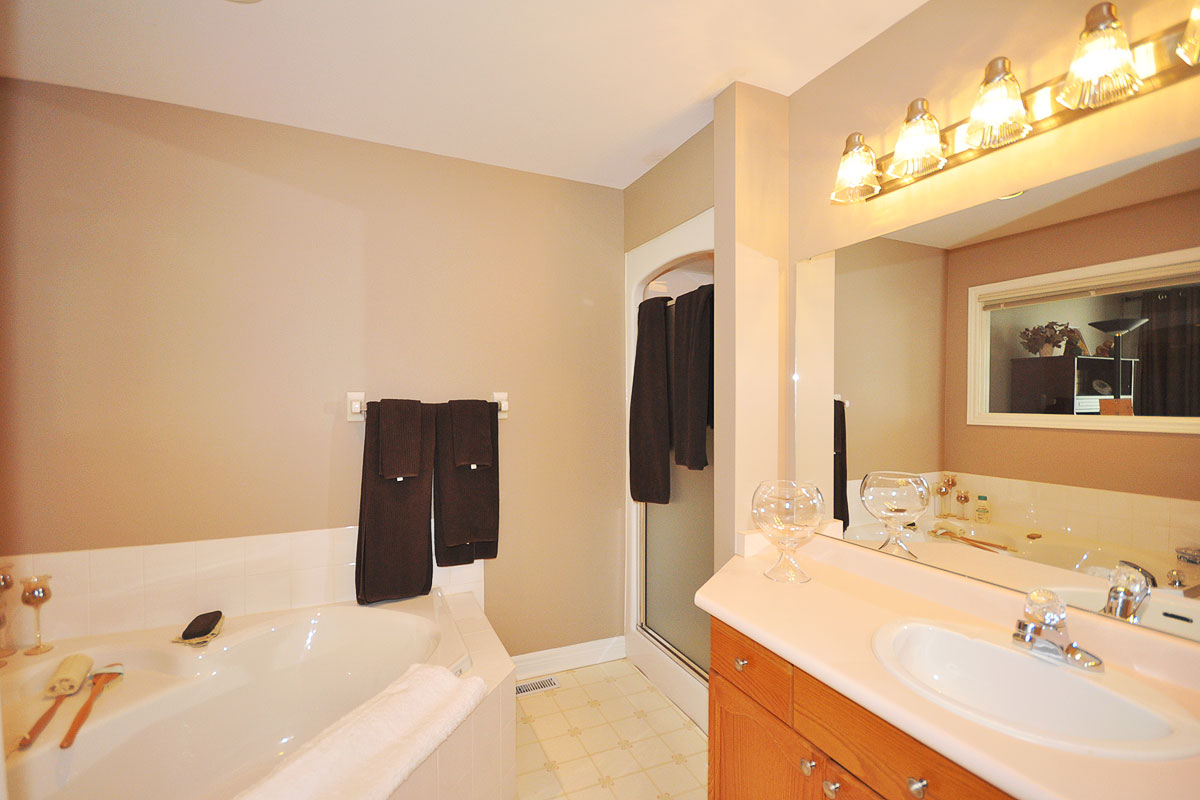 Ensuite with soaker tub